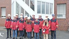Die Schülerinnen und Schüler bei der Werksführung in Langelsheim